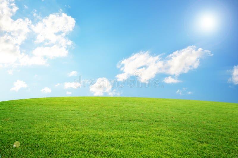 蓝色云彩领域绿色天空白色 免版税库存图片