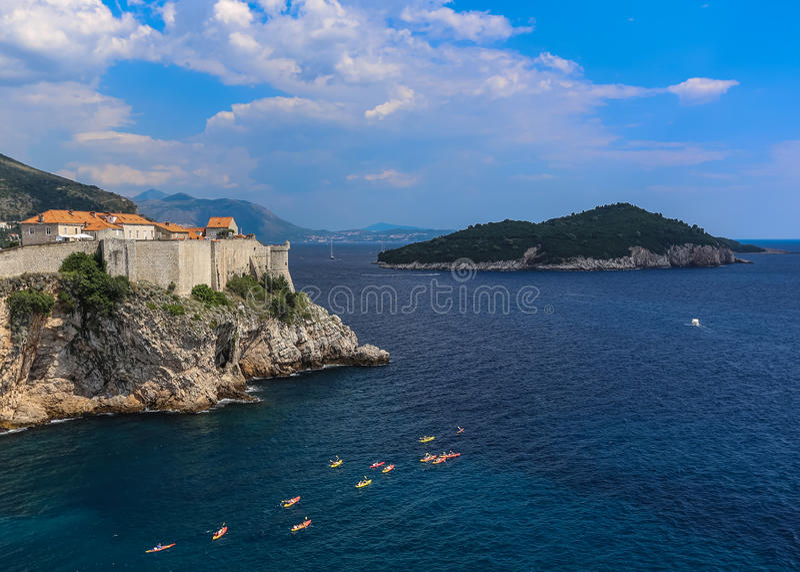 蓝色亚得里亚海的水在离与皮艇的克罗地亚海岸的附近 免版税库存照片
