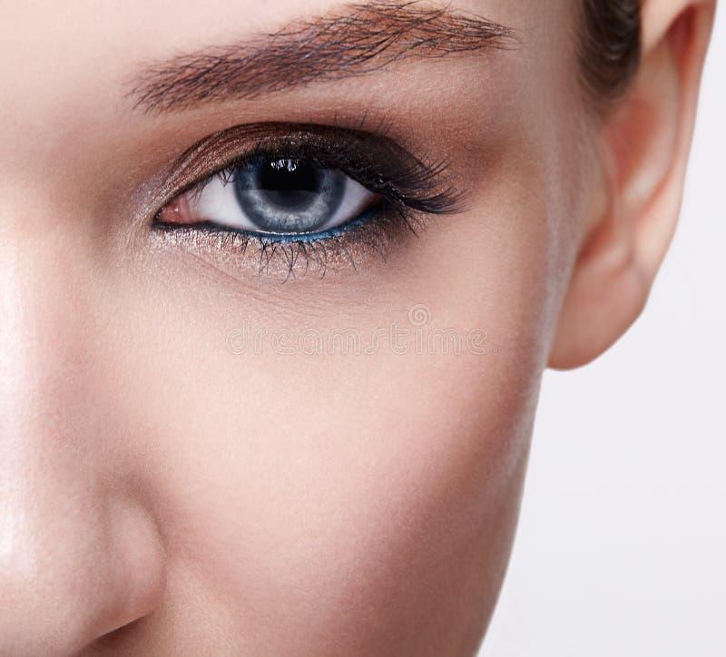 蓝色人的妇女眼睛特写镜头宏观射击  免版税库存照片