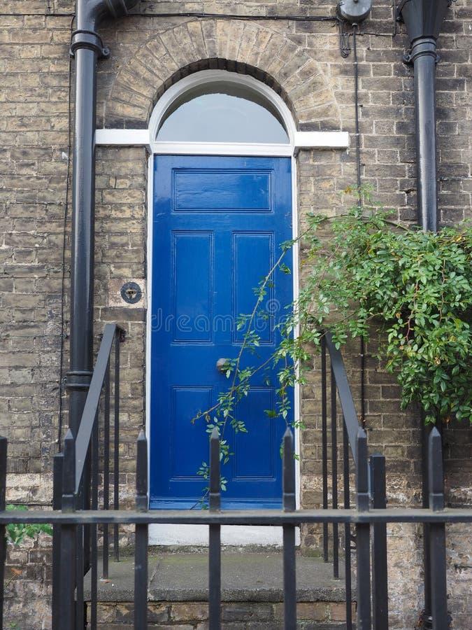 蓝色传统英国门 库存照片