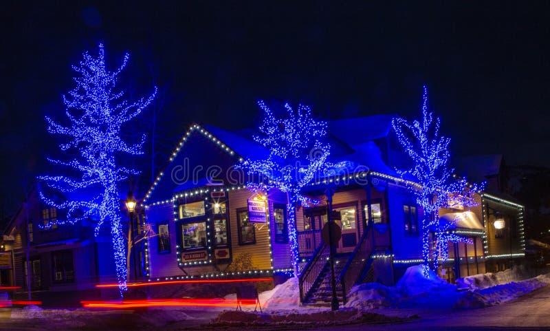 蓝色假日光在街市布雷肯里奇科罗拉多冬天 免版税库存照片
