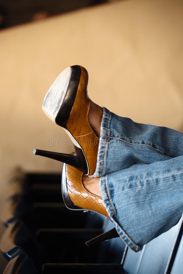 蓝色停顿高牛仔裤 免版税库存图片