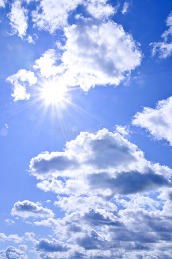 蓝色光亮的天空星期日 免版税图库摄影