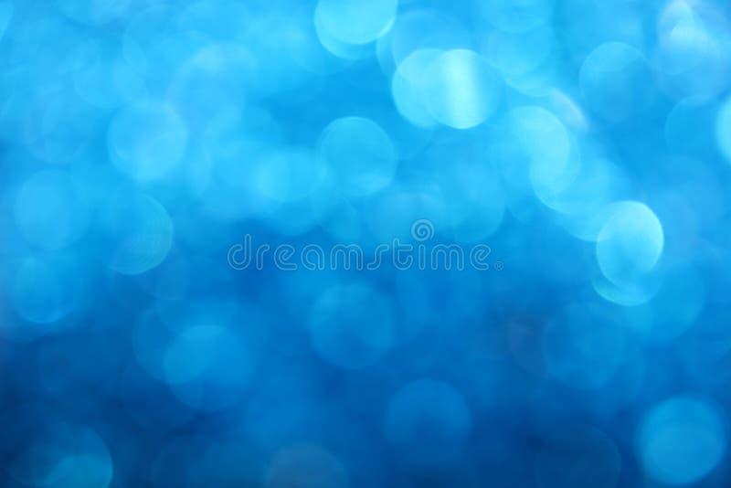 蓝色冬天bokeh点燃抽象背景 免版税图库摄影