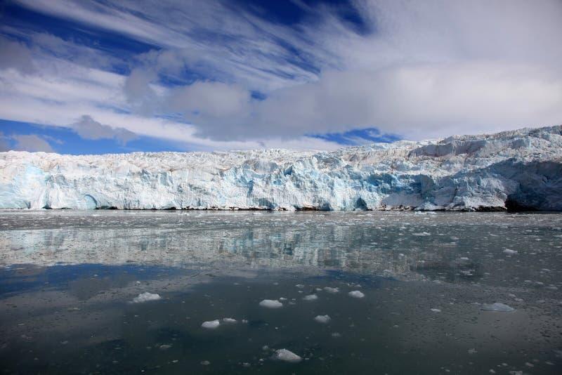 蓝色冰和小冰山 冰川前面在北极斯瓦尔巴特群岛 免版税图库摄影