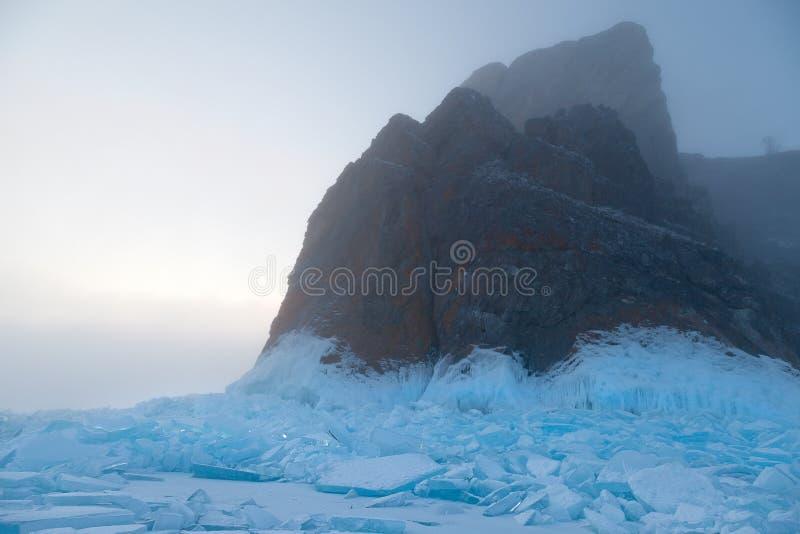 蓝色冰和岩石的领域在雾 免版税库存图片