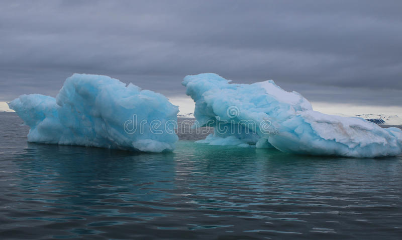 蓝色冰山在海湾 免版税库存图片
