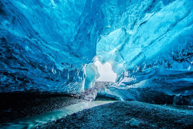 蓝色冰洞在冰岛 图库摄影