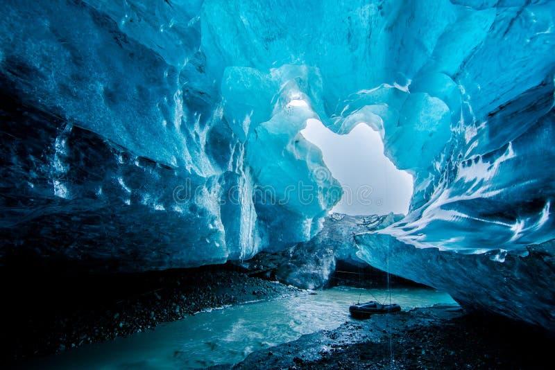 蓝色冰洞在冰岛 免版税库存图片