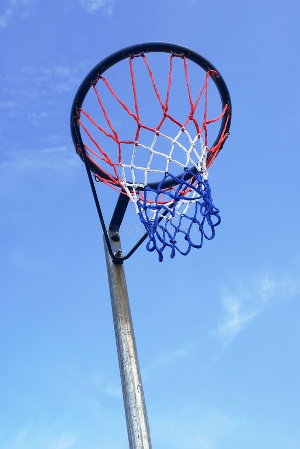蓝色净少女玩的篮球赛天空 库存图片