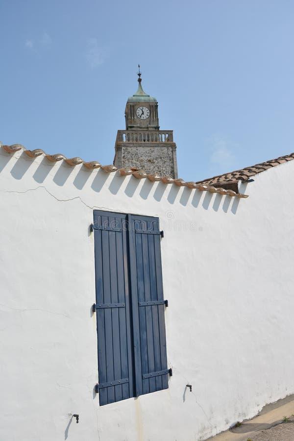 蓝色减速火箭的窗口和教会有时钟的 库存照片
