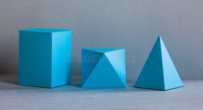 蓝色几何形象静物画构成 三维在灰色的棱镜金字塔长方形立方体对象 免版税图库摄影