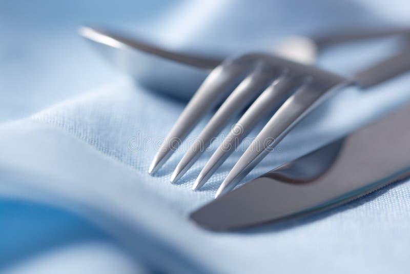 蓝色刀叉餐具亚麻布 图库摄影