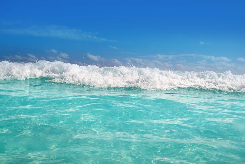 蓝色加勒比泡沫海运绿松石水波 库存照片