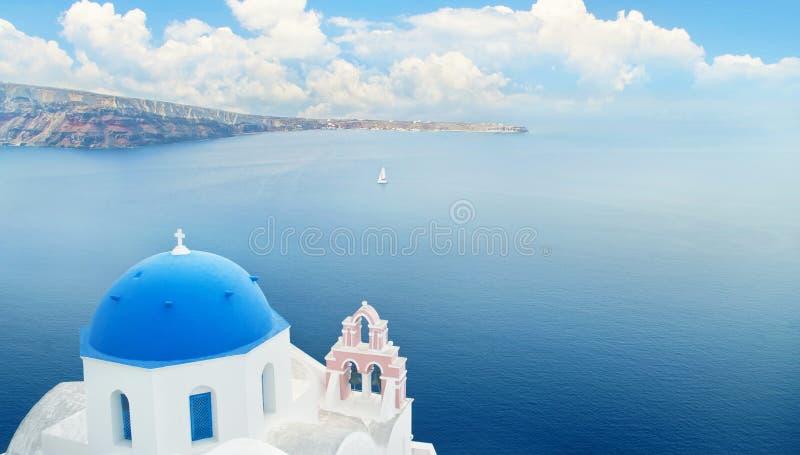 蓝色半球形的教会和海 免版税图库摄影