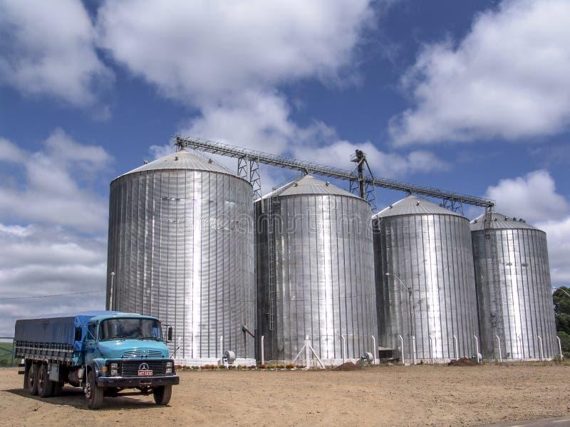 蓝色卡车和银色筒仓在巴西 免版税库存照片