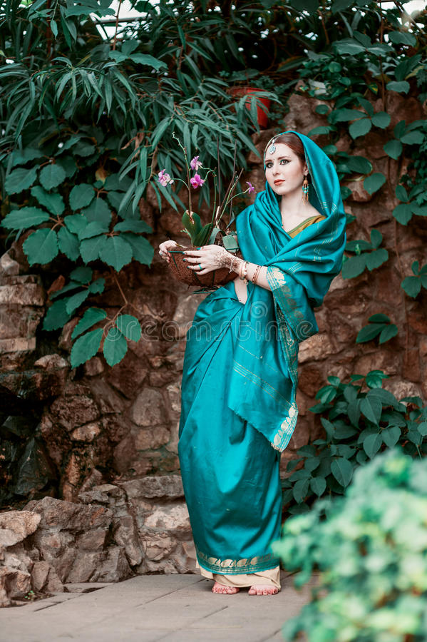 蓝色印地安服装的女孩 免版税库存图片