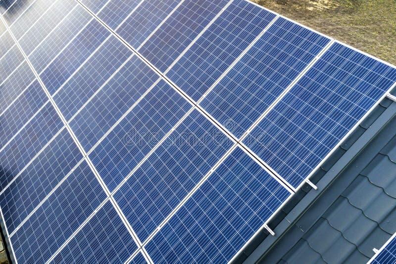 蓝色发光的太阳在大厦屋顶的照片流电盘区系统特写镜头表面  可更新的生态绿色发电 库存照片