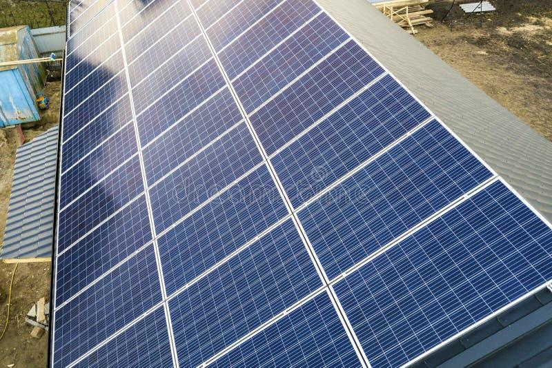 蓝色发光的太阳在大厦屋顶的照片流电盘区系统特写镜头表面  可更新的生态绿色发电 库存图片