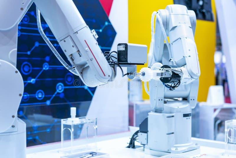 蓝色口气两高技术&聪明的精确度机器人夹子&自动钳位或者牛颈肉抓住工业汽车零件的这样 库存照片