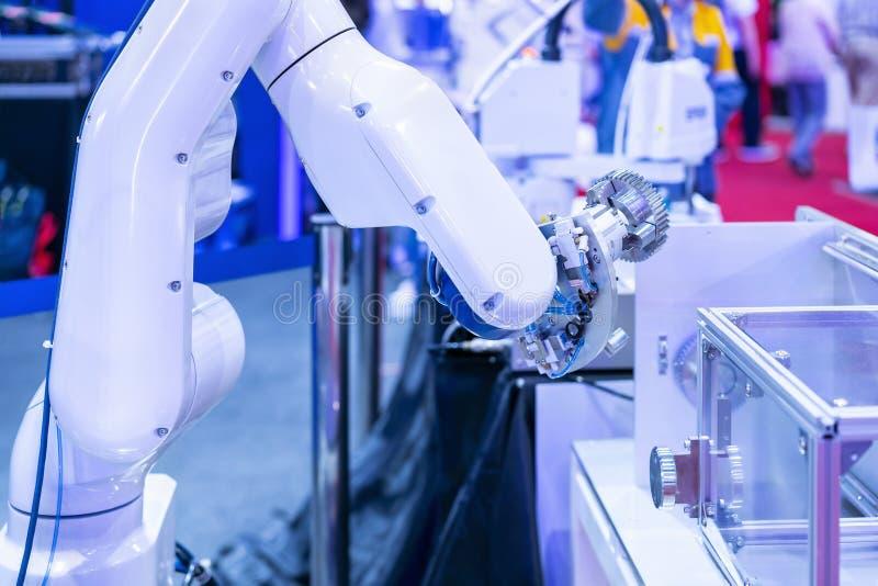 蓝色口气两高技术&聪明的精确度机器人夹子&自动钳位或者牛颈肉抓住工业汽车零件的这样 免版税库存照片