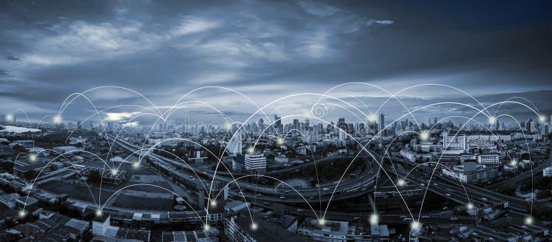 蓝色口气城市scape和网络连接 库存图片