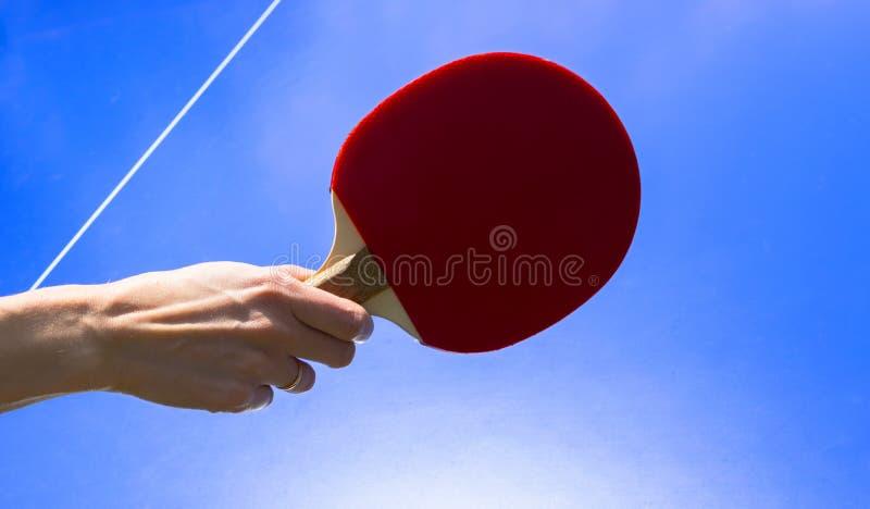 蓝色台球或乒乓球 ??pong?? 关闭乒乓球网和线 台球或乒乓球球拍或桨a 图库摄影