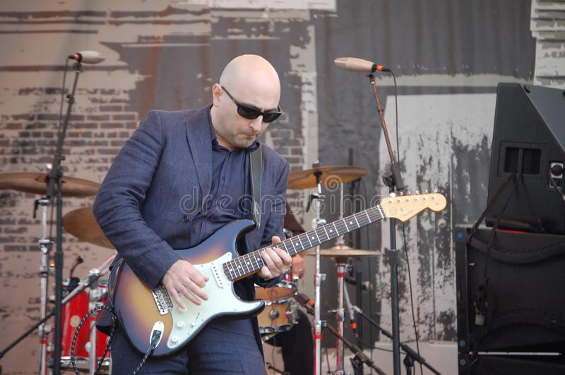 蓝色吉他弹奏者蓝色节日的Arsen Shomakov在波特兰,俄勒冈 免版税图库摄影