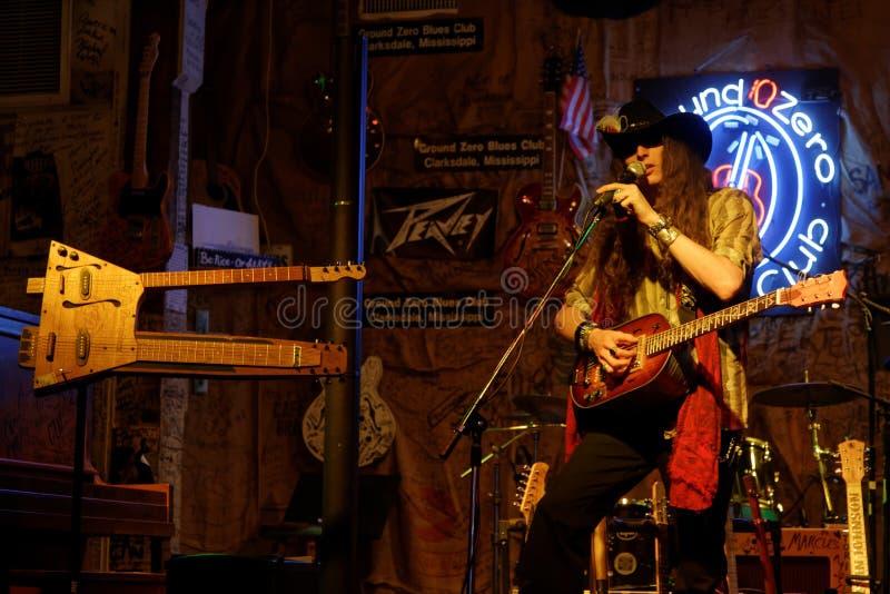 蓝色吉他弹奏者贾斯廷约翰逊在Clarksdale 免版税库存图片