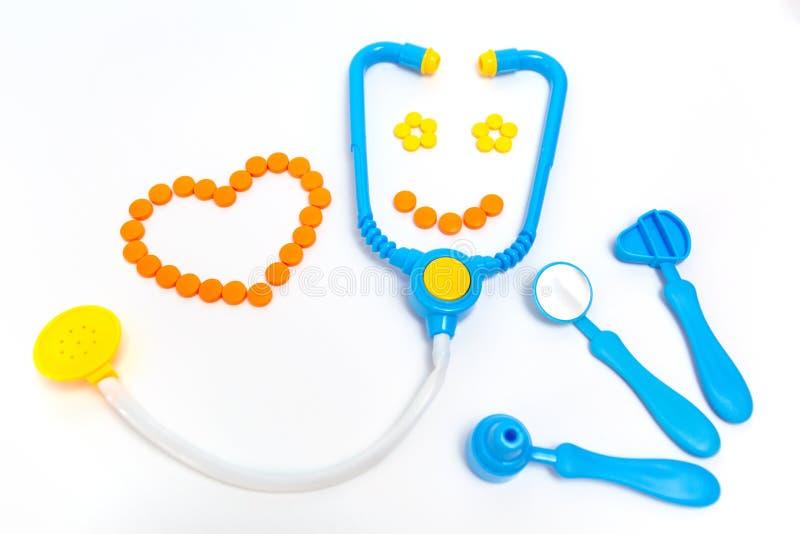 蓝色听诊器,耳镜,锤子,在白色背景隔绝的牙齿镜子 r 由行业的儿童的玩具 库存照片