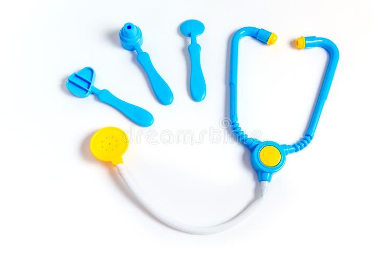 蓝色听诊器,耳镜,锤子,在白色背景隔绝的牙齿镜子 r 由行业的儿童的玩具 免版税库存图片