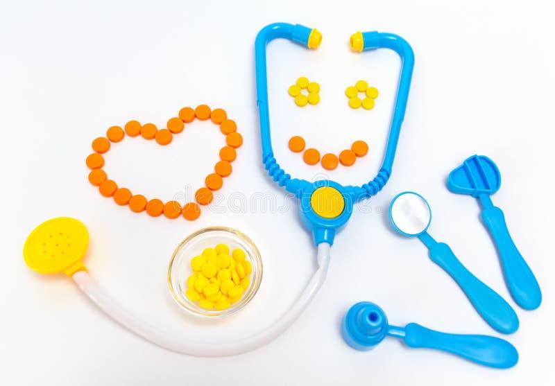 蓝色听诊器,耳镜,锤子,在白色背景隔绝的牙齿镜子 r 由行业的儿童的玩具 免版税图库摄影