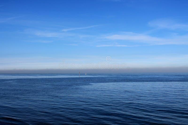 蓝色和天空海同样 库存图片