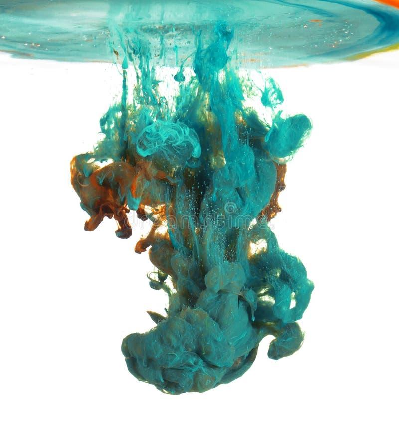 蓝色和油漆在水中 免版税库存图片
