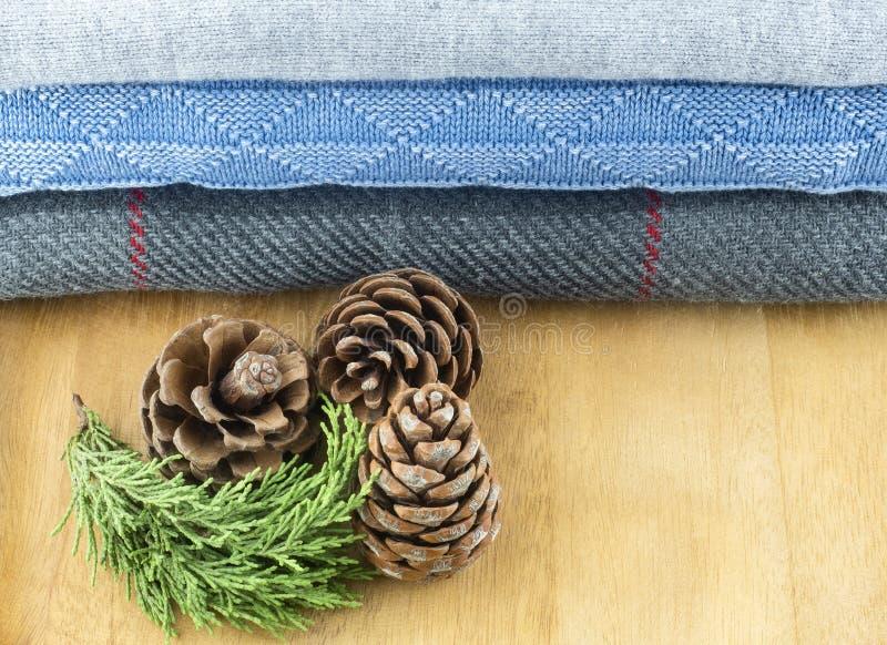 蓝色和灰色颜色羊毛产品在一张木桌上的 冬天季节的概念 库存图片
