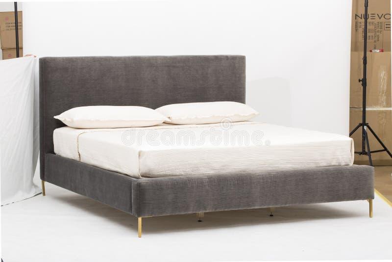 蓝色和白色卧室双人床-图象 免版税图库摄影