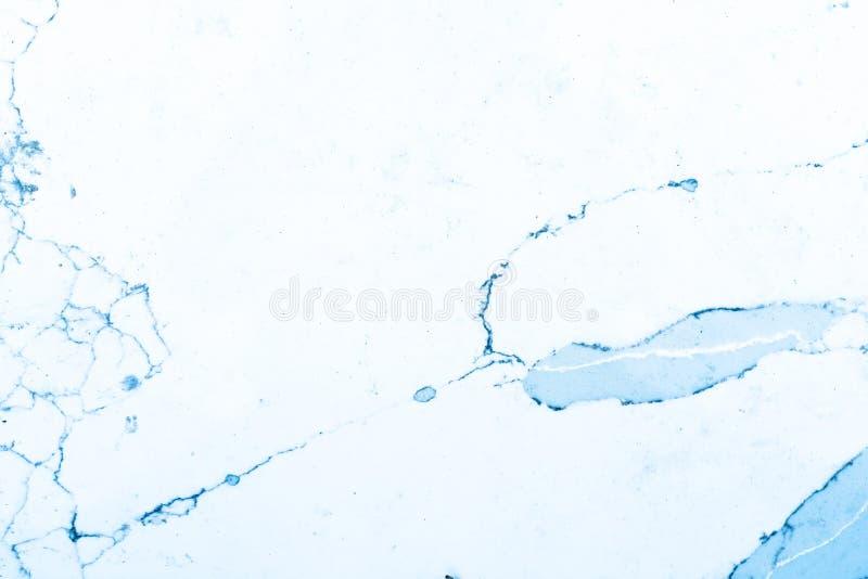 蓝色和白色大理石样式,显示与蓝色静脉的白色背景或者五谷,在大理石板岩 这是一块被切开的大理石 免版税库存照片