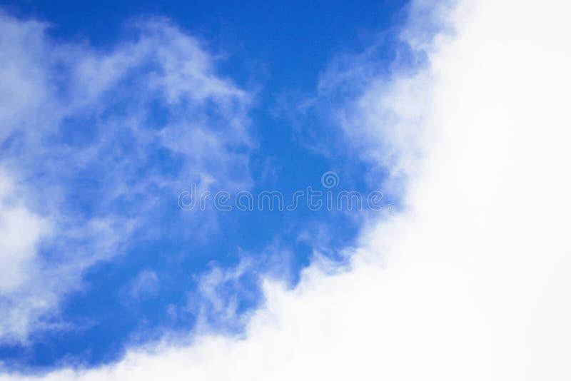 蓝色和白色天空背景 与白色云彩的美丽的天空 免版税库存照片