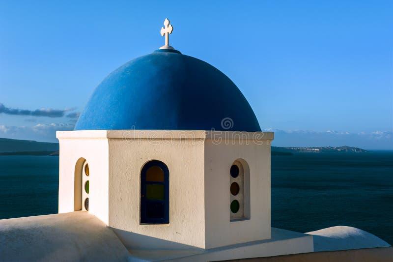 蓝色和白色教会在圣托里尼,希腊 库存照片