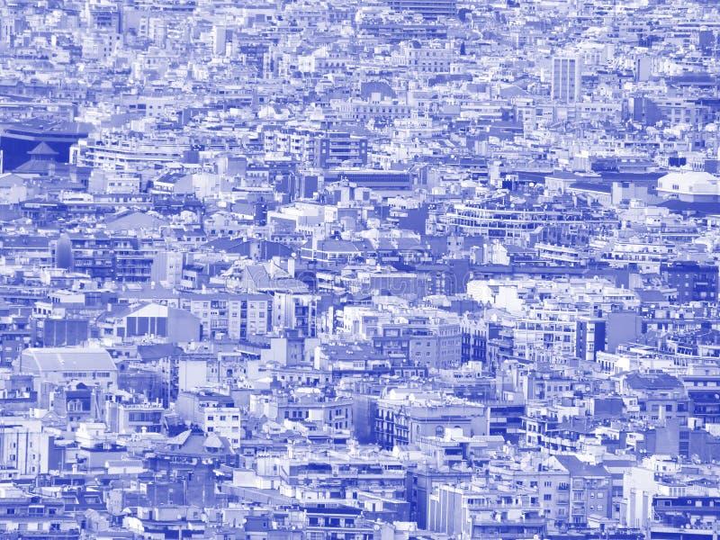 蓝色和白色未来派duotone与数百的拥挤都市都市风景背景密集地被包装的大厦 库存照片