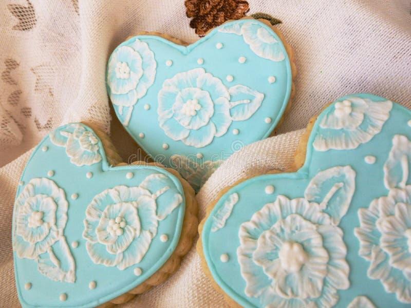 蓝色和白色花卉糖屑曲奇饼 免版税图库摄影