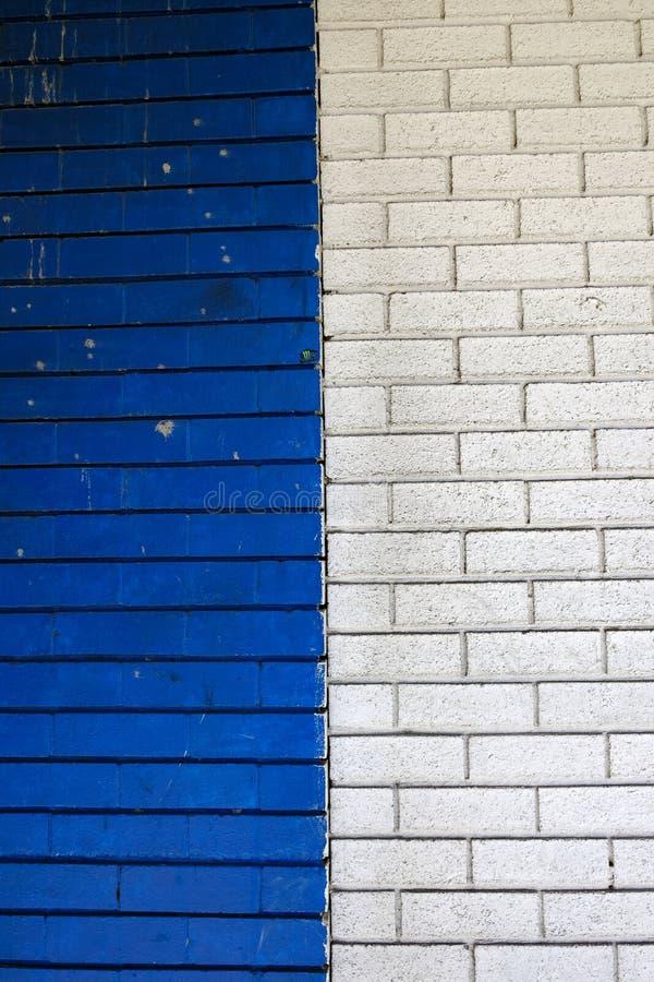 蓝色和白色被绘的砖墙 库存照片