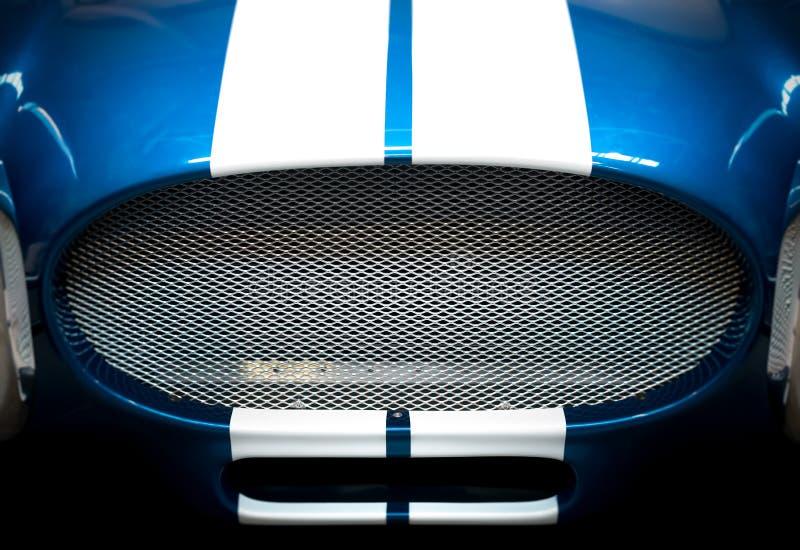 蓝色和白色镶边汽车格栅细节  免版税库存照片