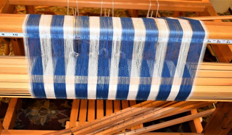 蓝色和白色镶边经线特写镜头在后梁的 编织 Handweaving 纺织品 纤维 免版税库存照片