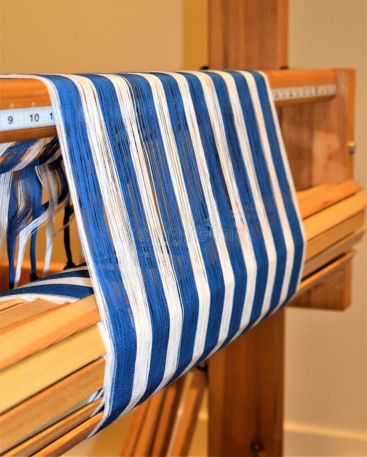 蓝色和白色镶边经线特写镜头  编织 Handweaving 纺织品 纤维 免版税库存照片
