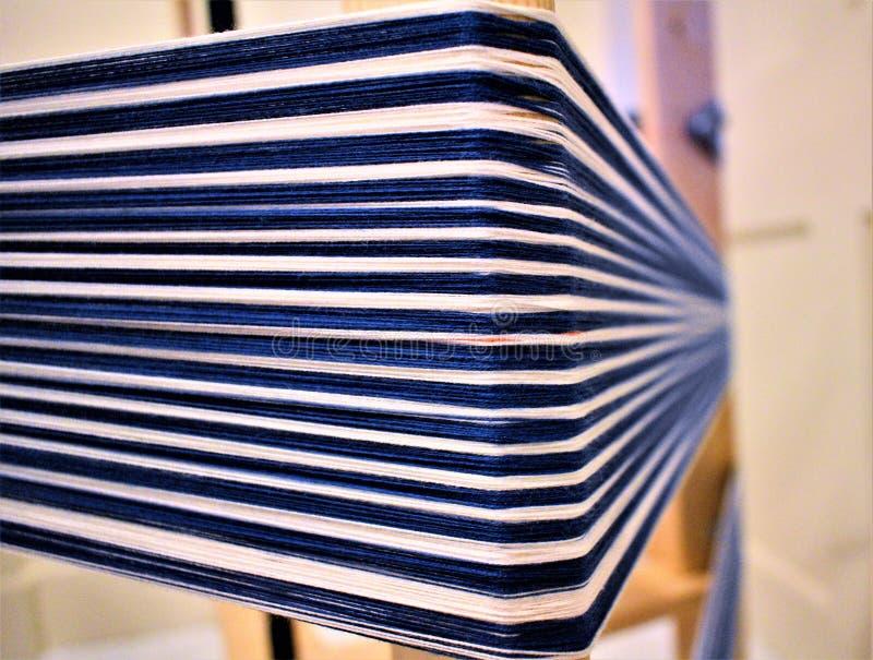 蓝色和白色镶边经线特写镜头  Handweaving 纺织品 纤维 免版税库存图片