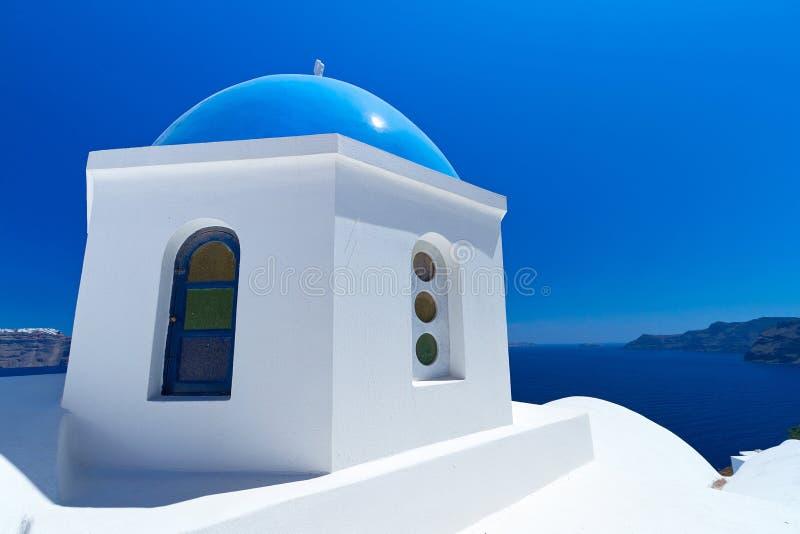 蓝色和空白教会在希腊 免版税图库摄影