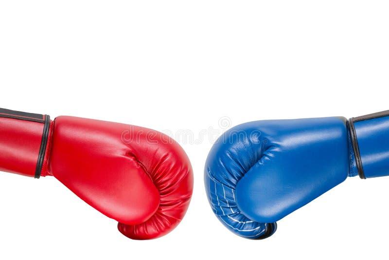 蓝色和红色拳击手套移动在彼此为反撞力、企业概念和破坏,在白色背景,孤立 向量例证