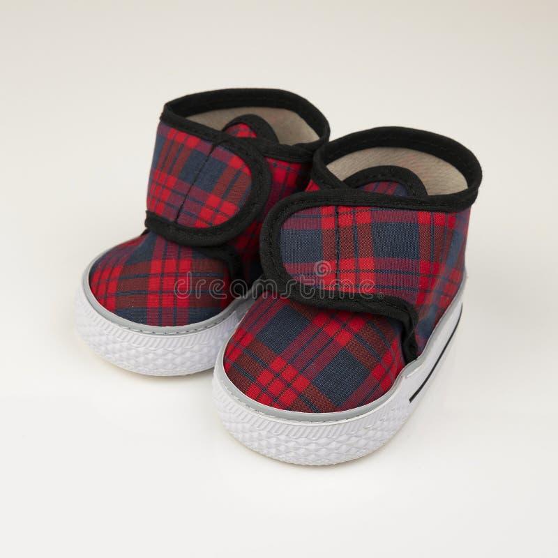 蓝色和红色童鞋 免版税库存图片