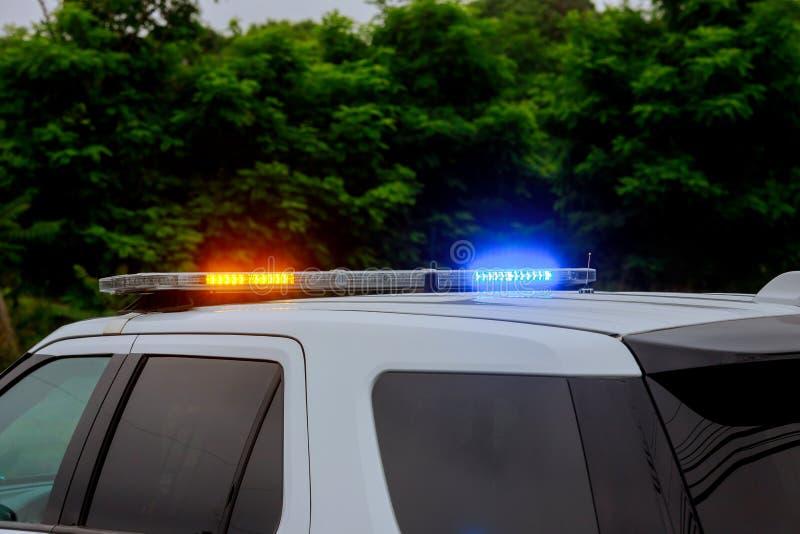 蓝色和警车红色闪动的警报器在路障期间的 免版税图库摄影
